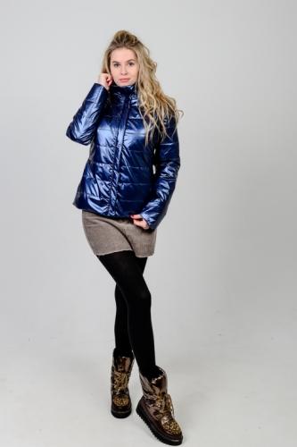 Демисезонная женская куртка с воротником-стойкой из ткани «синий металлик»