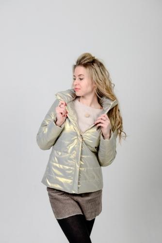 Демисезонная женская куртка с воротником-стойкой из ткани «золотой металлик»