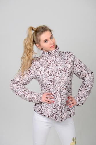 Демисезонная женская куртка с воротником-стойкой из принтованной ткани