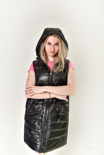 Удлиненный стеганный женский жилет с капюшоном и кулисой на талии, арт. GG-006, цвет - черный