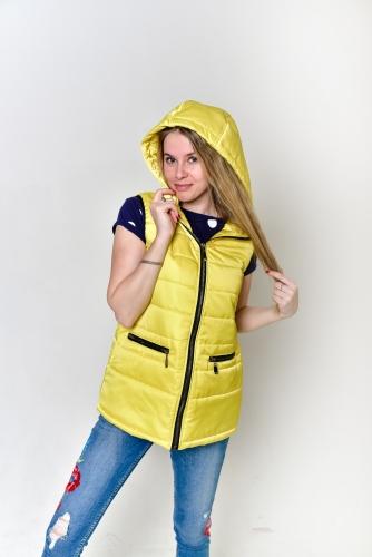 Жилет утепленный женский прямого кроя с капюшоном и двумя горизонтальными карманами, цвет-желтый,арт.GG-005