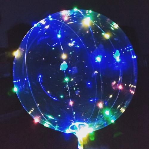 Светящийся Led шар BOBO БОБО Оригинал, 1. Шар 18 дюймов (около 49 см в надутом состоянии) 2. Палка с держателем длиной70 см 3. Светодиодная гирлянда длиной 3 метрас блоком под3 батарейкиAA и переключателем (горит, мигает, выкл)