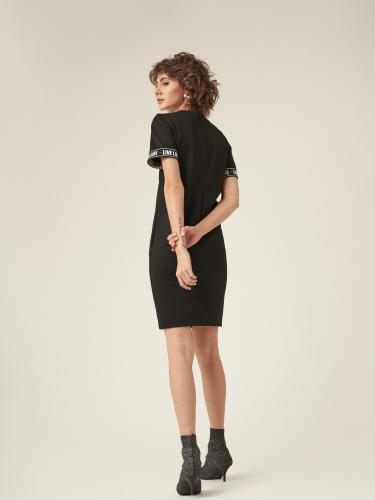 Однотонное платье прямого силуэта с короткими рукавами