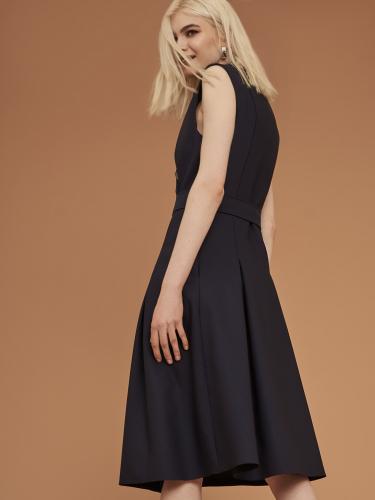 Двубортное платье с отложным воротником и лацканами с застёжкой на металлические пуговицы