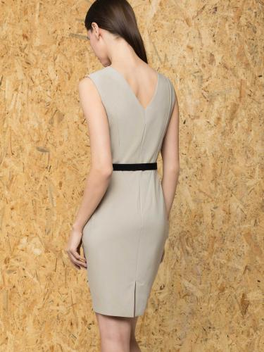 Платье-футляр с V-образным вырезом