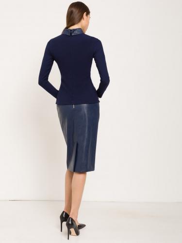 Блузка прилегающего силуэта с кожаным воротником