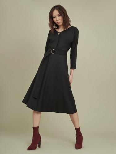 Приталенное платье с расклешённой юбкой и поясом