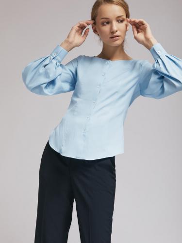 Приталенная блуза с объёмными рукавами