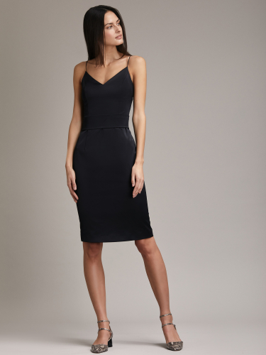 Приталенное платье на тонких бретелях