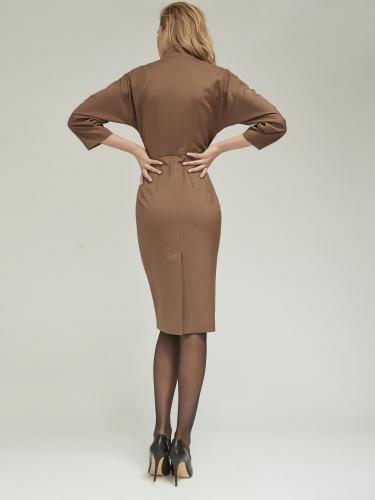 Прямое платье приталенного силуэта со спущенной линией плеча
