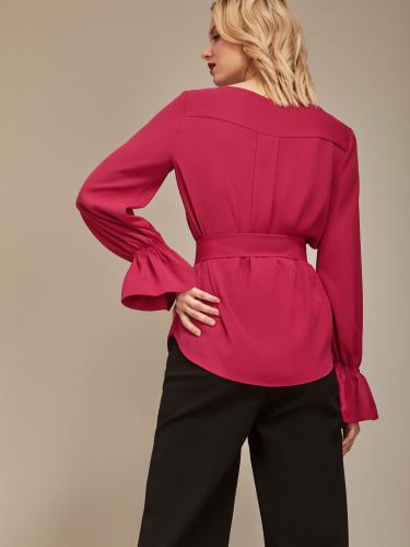 Однотонная блуза с расклешёнными манжетами