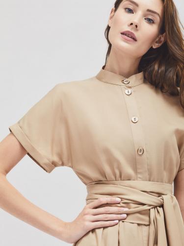 Приталенное платье с воротником