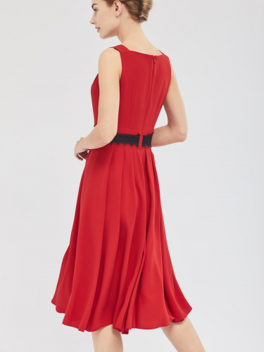 Приталенное платье с вырезом