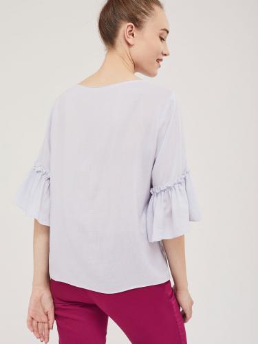 Свободная блуза со сборкой на рукавах