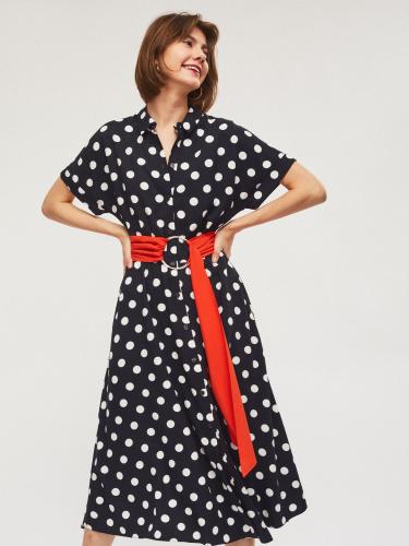 Платье из струящейся ткани с широким контрастным поясом