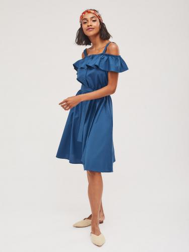 Платье с открытыми плечами и воланом