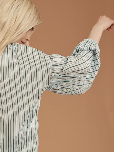 Блуза объемными рукавами
