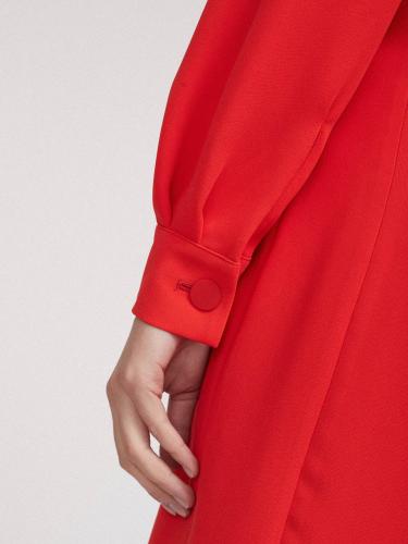 Двубортное платье с объемными рукавами