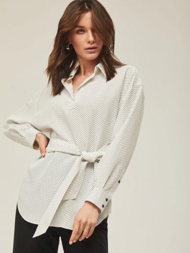 Блуза с V-образным вырезом горловины и поясом на талии в цвет из основной ткани