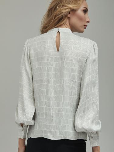 Блуза из 100% вискозы прямого силуэта с воротником-стойкой