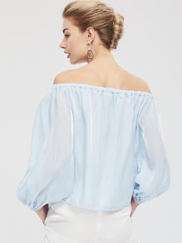 Блуза с открытыми плечами и объёмными рукавами