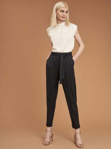 Зауженные брюки с защипами