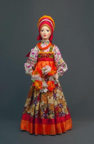 Кукла сувенирная фарфоровая. Девушка с венком.