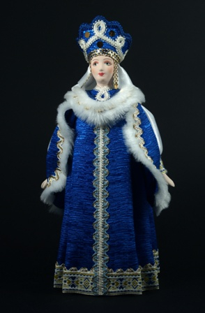 Боярышня в традиционном зимнем костюме. Россия.
