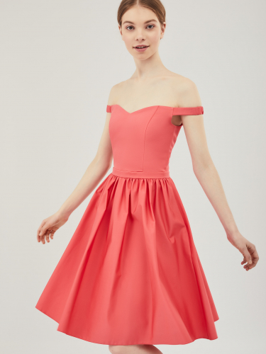 Приталенное платье с открытыми плечами