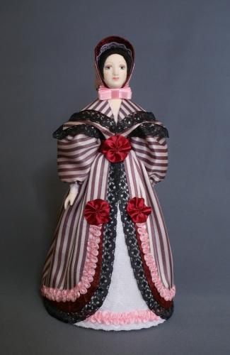 Кукла сувенирная фарфоровая. Городской светский костюм. Сер.19 в. Франция