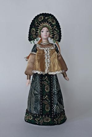 Кукла сувенирная фарфоровая. Девушка в праздничном традиционном костюме.