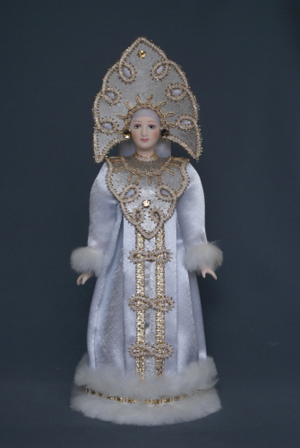 Кукла сувенирная фарфоровая. Снегурочка в белой шубе и резном кокошнике. Сказочный персонаж.