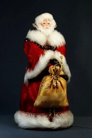 Кукла сувенирная фарфоровая. Дед Мороз в боярской шубе. Сказочный персонаж.