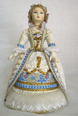 Кукла сувенирная фарфоровая. Фантазия на основе французского костюма. 18 в.