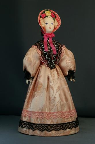 Кукла сувенирная фарфоровая. Дама в летнем костюме. Сер.19 в. Петербург. Европейская мода.