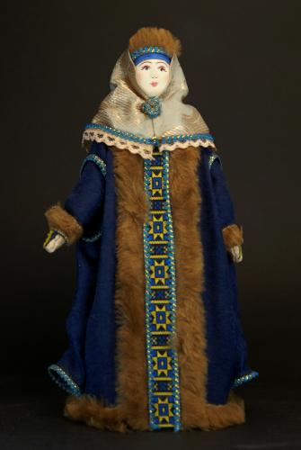 Кукла сувенирная фарфоровая. Московская боярыня в зимней одежде. 17 в.