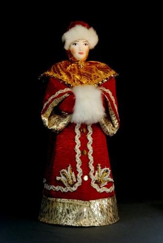 Кукла сувенирная фарфоровая. Московская боярыня в зимнем одеянии с муфтой. 17 в. Русь.