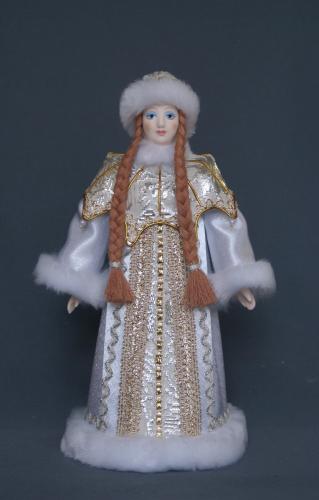 Кукла сувенирная фарфоровая. Снегурочка в шубе с пелериной, украшенной жемчугом.