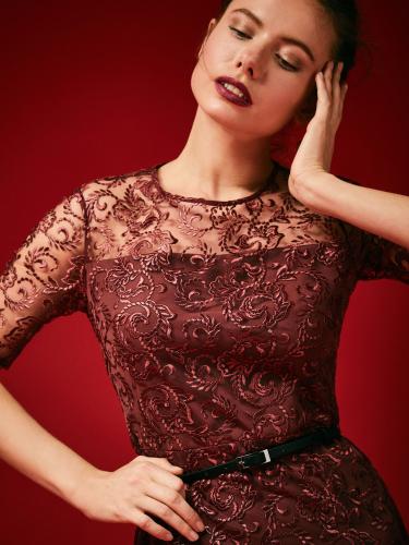 Платье с вышивкой и поясом