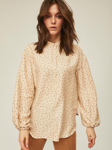 Удлиненная блуза с объемными рукавами