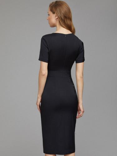 Платье с асимметричным разрезом