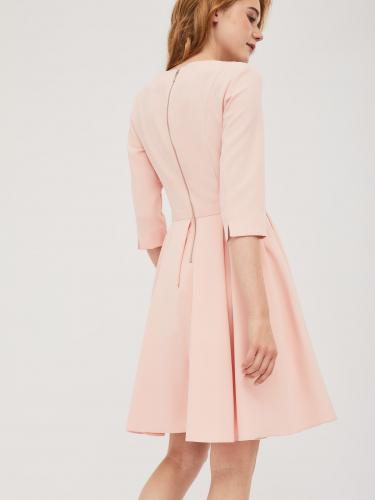 Приталенное платье с расклешённой юбкой