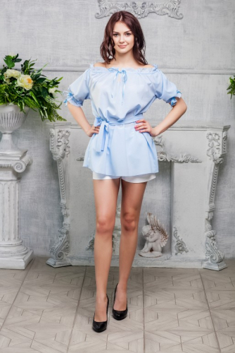 Блуза голубая на поясе
