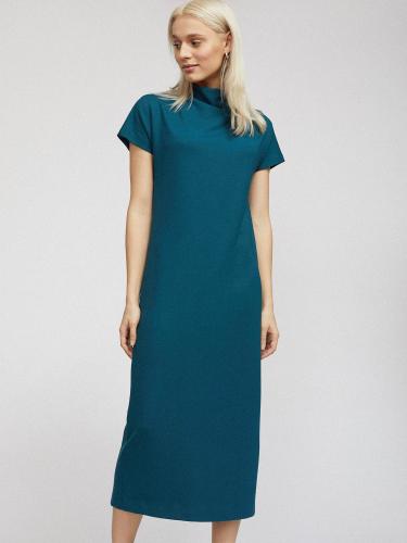Трикотажное платье с высоким воротником