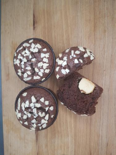 Шоколадные Кексы с белой начинкой и белой посыпкой