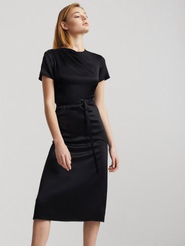 Атласное платье с драпировкой и поясом