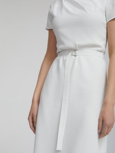 Платье в мелкий горох с драпировкой