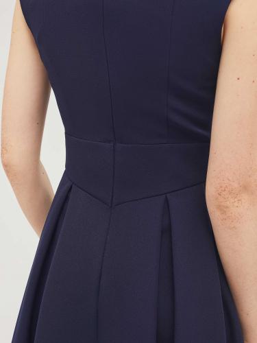 Приталенное платье без рукавов