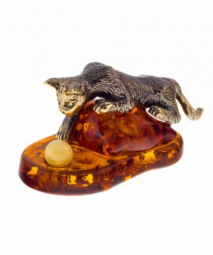 Кот на подушке с шариком 672