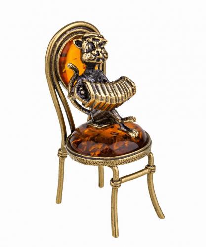 Кот с гармошкой на стуле 855.1